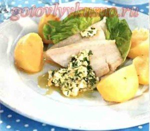 судак под польским соусом - подача с отварным картофелем