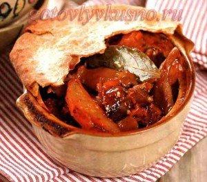 жаркое с мясом и грибами в горшочке