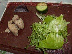 берем тунеца, листья салата и огурец