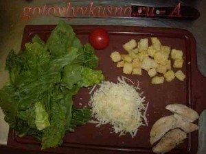 стадии приготовления самого простого салата цезарь с курицей