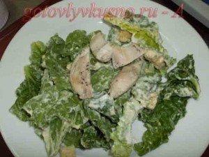 замешиваем листья салата с куриным филе