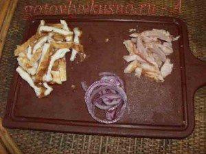 нарезаем копченую курицу, омлет, лук красный