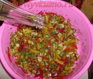 заправляем маслом и рубим зелень в салат