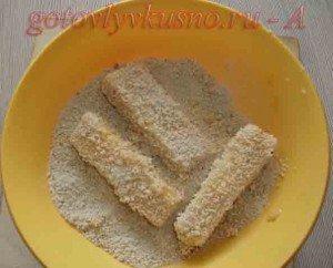 панируем сырные палочки в сухарях