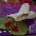 Тортилья с сыром, овощами и листом салата