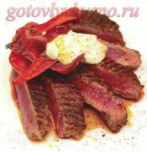 Жареная говядине на сковороде гриль