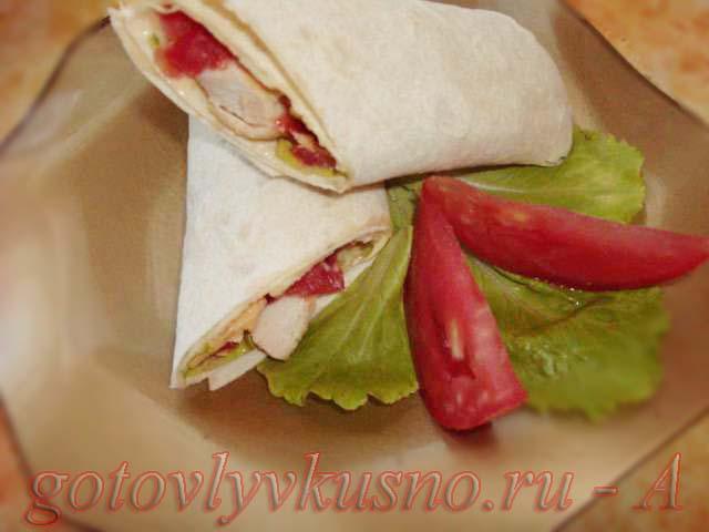 тортилья с курицей, помидорами и сыром