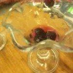 кладем в стакан ежевику и заливаем желе