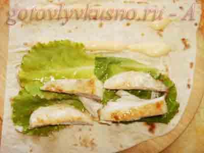 выкладываем на лаваш курицу, лист салата, смазываем майонезом