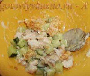 Заправляем майонезом салат