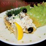 Салат с кальмарами, огурцами, яйцом и грибами в сырной карзинке