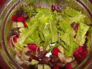 замешиваем салат и выкладываем на тарелку