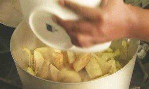 перекладываем в кастрюлю картошку