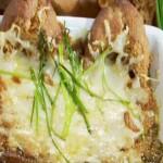Классика французской кухни - луковый суп с багетом и сыром