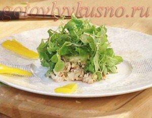 Салат с копченой форелью и огурцом