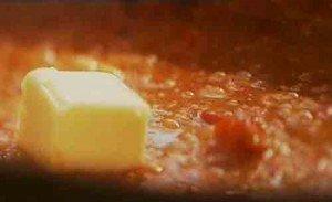 смягчим соус сливочным маслом