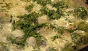 добавим в соус с брюссельской капустой немного зелени петрушки и лимонный сок
