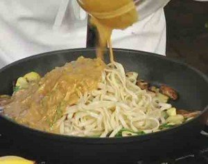 добавляем соус к спагетти