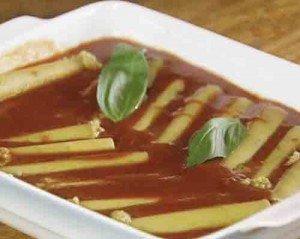заливаем макароны томатным соусом