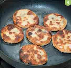 обжариваем сырники на масле
