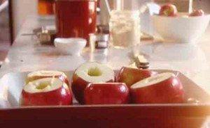 срезаем верхушки и основания у яблок