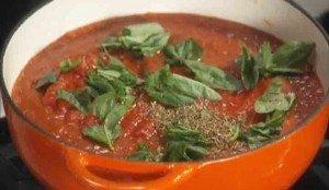 кладем базилик в томатный суп