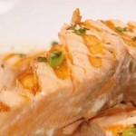 Жаренный на гриле лосось с сальсой из томатов и арбуза
