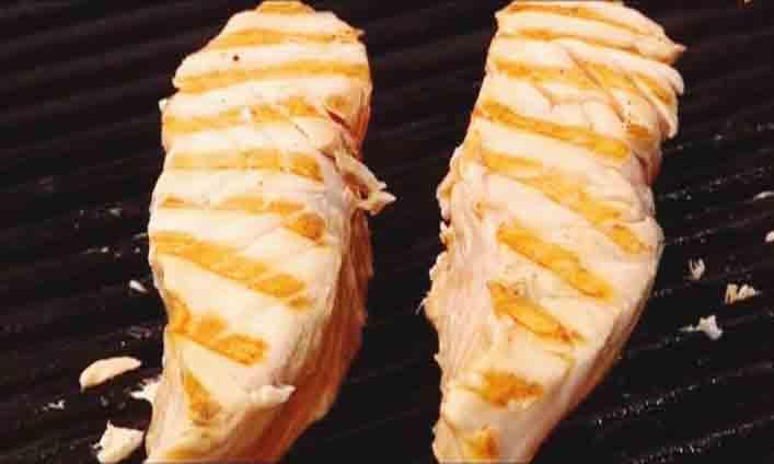 обжариваем лосося на гриле