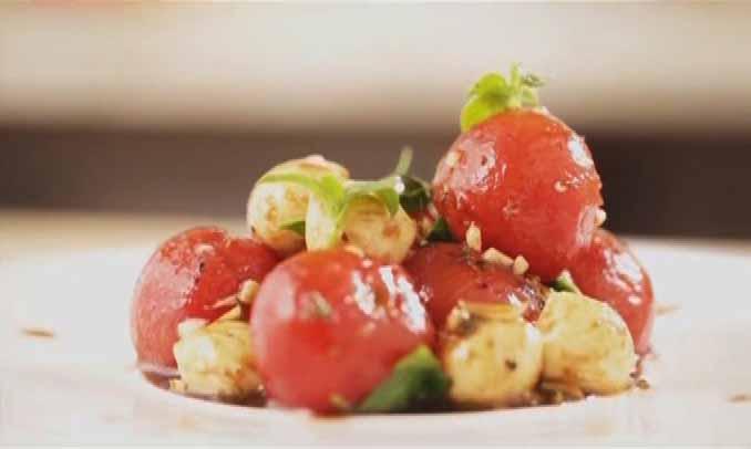 салат из моцареллы и помидор черри