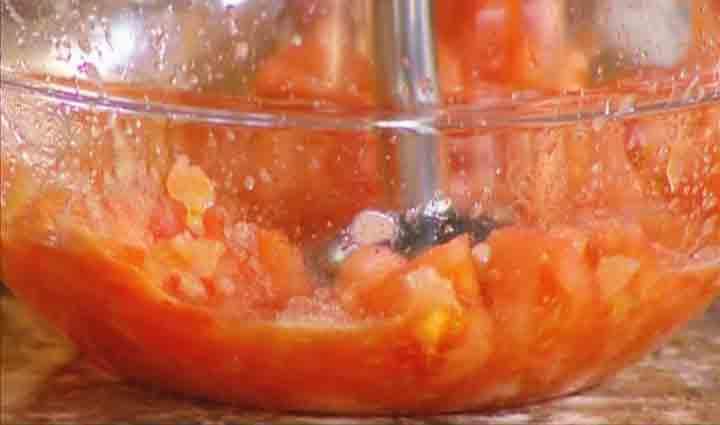 измельчаем помидор