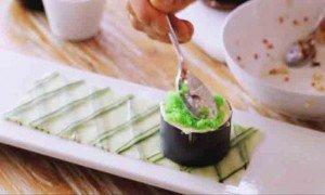 утрамбовываем в кольце массу из тунца, смазываем жирными сливками и  прижимаем  икрой тобика