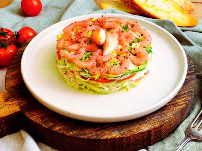 вкусный салат с крабами и креветками