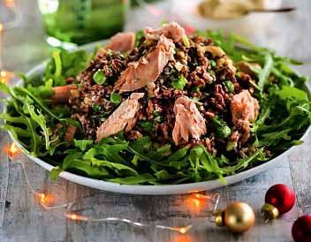 салат с копченым лососем и рукколой