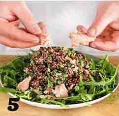 салат с копченым лососем: выкладываем рукколу на тарелку и сверху нашу салатную смесь, украшаем лососем