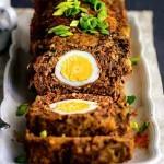 Рулет мясной с луком и яйцом