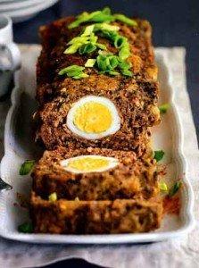 Рулет мясной с луком и яйцом внутри