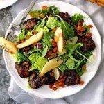 Теплый салат с куриной печенью и жареной грушей