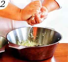смешиваем капусту с манкой
