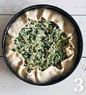 На тесто выложите начинку ровным слоем, заверните на начинку края.