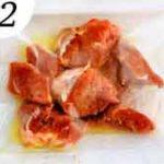 Замаринуйте мясо в оливковом масле с лимоном