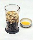 выложить в блендер  мюсли, мед, газированную воду