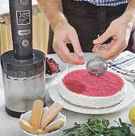 Украшаем торт: протертую в блендере сухую малину просеиваем через ситечко.