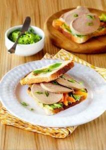 бутерброд с ливерной колбасой, зеленым маслом и перцем